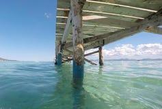 在Alcudia海滩的老木码头在宽马略卡西班牙海岛  免版税库存图片