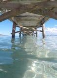 在Alcudia海滩的老木码头在马略卡垂直西班牙海岛  免版税库存照片