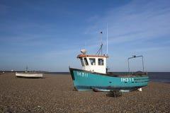 在Aldeburgh海滩,萨福克,英国的渔船 免版税库存图片