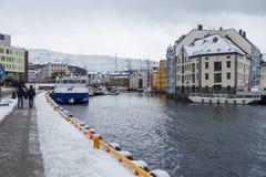 在Alesund港的小船  33c 1月横向俄国温度ural冬天 免版税图库摄影