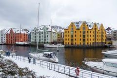 在Alesund港的小船  33c 1月横向俄国温度ural冬天 免版税库存图片