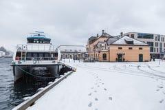 在Alesund港的轮渡  33c 1月横向俄国温度ural冬天 免版税图库摄影