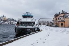 在Alesund港的轮渡  33c 1月横向俄国温度ural冬天 免版税库存图片