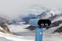 在Aletsch冰川的双筒望远镜, 免版税库存照片
