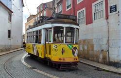 在Alfama区里斯本葡萄牙的老街道的电车 免版税库存图片