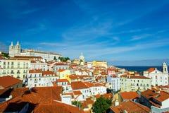 在Alfama的里斯本,葡萄牙老镇地平线 免版税库存图片