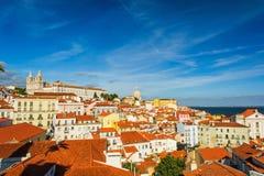 在Alfama的里斯本,葡萄牙老镇地平线 库存图片