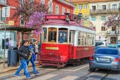 在Alfama邻里,老处所的街道上的公开电车里斯本,葡萄牙 库存图片