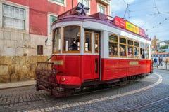 在Alfama邻里,老处所的街道上的公开电车里斯本,葡萄牙 免版税库存图片