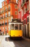 在Alfama,里斯本狭窄的街道上的电车  图库摄影