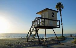 在Aliso海滩的救生员塔在晚上太阳 图库摄影
