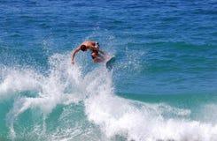 在Aliso海滩,拉古纳海滩,加州的Skimboarder 免版税库存图片