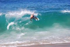 在Aliso海滩,拉古纳海滩,加州的Skimboarder 免版税图库摄影