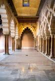 在Aljaferia宫殿的萨瓦格萨,西班牙- 2014 6月8日,阿拉伯曲拱 库存照片