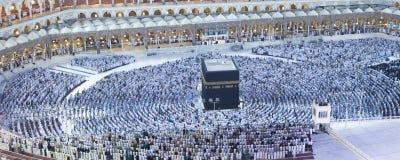 在AlKaaba附近的穆斯林祷告在麦加,鸟瞰图 库存图片