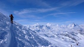 在Allalinhorn附近的冬天backcountry滑雪在瑞士 库存图片