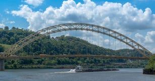 在Allegheny河的煤炭驳船 免版税库存照片