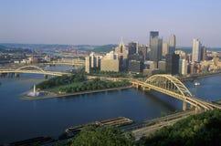 在Allegheny河的自由桥梁与匹兹堡地平线, PA的日落的 库存图片