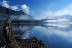 在Alouette湖的早晨薄雾 免版税库存图片
