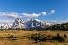在Alpe de Suisi的秋天日落有在Sassolungo的看法白云岩的在意大利 免版税库存图片