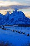 在alpenglow暮色日落的盛大Tetons分裂栅栏视图在双突透镜的云彩下在盛大Tetons国家公园在怀俄明 图库摄影