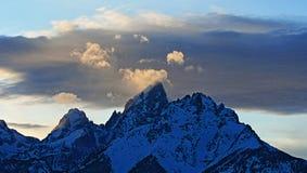 在alpenglow暮色日落的盛大Tetons在双突透镜的云彩下在盛大Tetons国家公园在怀俄明 免版税库存图片