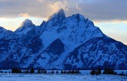 在alpenglow暮色日落的盛大Tetons在双突透镜的云彩下在盛大Tetons国家公园在怀俄明 免版税库存照片