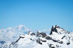 在Alpes的陡峭的岩石和多雪的moutain山顶 免版税库存照片