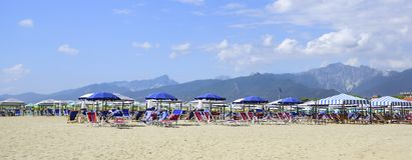 在Alpi Apuane的看法从Versilia Mediterranea海滩  库存图片
