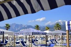 在Alpi Apuane的看法从Versilia Mediterranea海滩  免版税图库摄影