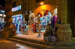 在AlSahaba清真寺附近的商店在老市场上,平衡看法, Sharm El谢赫,埃及 图库摄影