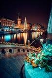 在Alsterfleet和市政厅的圣诞节打过工在汉堡在晚上 美丽的有启发性街市,市中心 库存图片