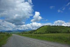 在altai的山的路 免版税图库摄影