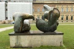 在Alte PInakothek前面的亨利・摩尔雕塑在慕尼黑 库存照片