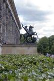 在Altes博物馆的门面的前面雕塑博物馆岛的 免版税库存照片