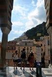 在Amalfy大教堂的家庭游览 免版税库存图片