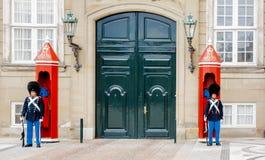 在Amalienborg城堡的守卫入口的皇家卫兵的战士在哥本哈根,丹麦 库存照片