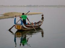 在Amarapura湖的小船Ubein桥梁的 库存照片