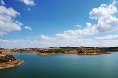 在Amieira村庄,葡萄牙附近的Alqueva湖 免版税库存图片