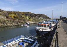 在Amlwch口岸的被停泊的小船在Anglesey,威尔士,英国, 库存照片