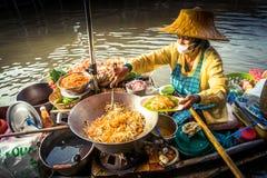 在Amphawa河的早晨早餐 免版税库存图片