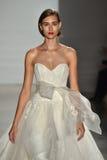 在Amsale秋天/冬天2016年女装设计新娘汇集跑道展示期间,模型走跑道 免版税库存照片