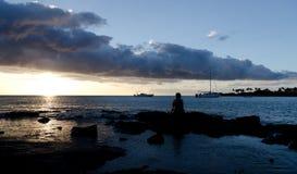在Anaeho ` omalu海滩的日落 免版税库存照片