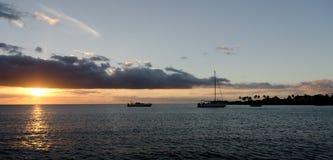 在Anaeho ` omalu海滩的日落 免版税图库摄影