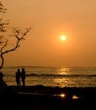 在Anaeho'omalu海滩的黄色日落 免版税库存图片