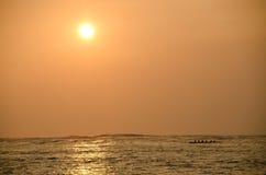 在Anaeho'omalu海滩的黄色日落 免版税库存照片