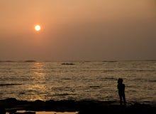 在Anaeho'omalu海滩的黄色日落 免版税图库摄影