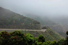 在Anaga山的雾在特内里费岛加那利群岛,西班牙,欧洲 免版税库存照片