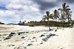 在Anakena海滩的Maoi 图库摄影
