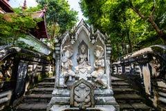 在Analyo Thipayaram寺庙的泰国样式天使雕象 图库摄影